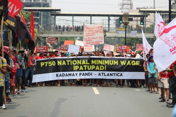 Workers and urban poor are calling for a P750 national minimum wage which they say actually only meets the barest necessities of workers and their families. The current minimum wage is pegged at P491 but a family needs at least P1088 per day in order to sustain a ddecent lifestyle, according to Ibon Foundation.