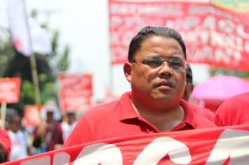 Anakpawis Partylist Representative Ayik Casilao joins the struggle of workers for a higher minimum wage.