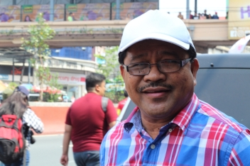 Agrarian Reform Secretary Ka Paeng Mariano met up wioth the amrching workers to join the protest against contractualization and continued monopoly of land by a privileged few.